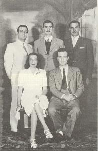 Jorge Luis Borges, Enrique Drago Mitre e Oscar Pardo, padrinhos de casamento de Silvina Ocampo e Bioys Casares, em 1940, data da primeira edição da antologia