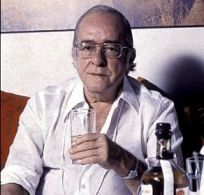 Vinicius e seu copo de uísque