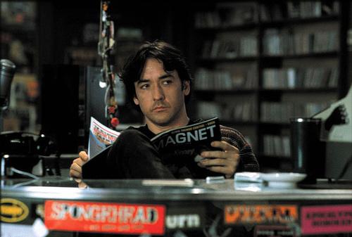 "John Cusack como o protagonista de ""Alta Fidelidade"""