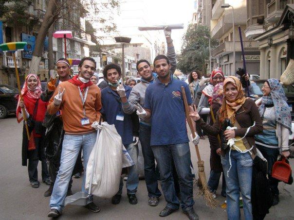 Manifestantes ajudam na limpeza da praça Tahrir | Foto: Alexandra Lucas Coelho