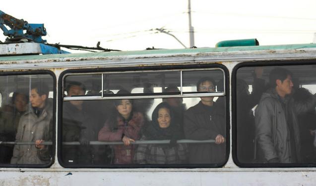 Norte-coreanos encaram a fotógrafa | Foto: Juliana Cunha