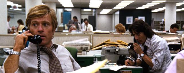 Robert Redford (Bob Woodward) e Dustin Hoffman (Carl Bernstein) em cena do filme inspirado no livro