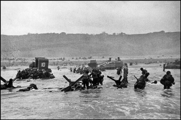 A primeira onda de soldados desembarca em Omaha   Robert Capa