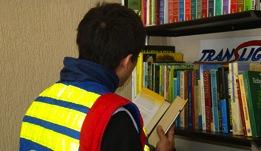 Motoboy na biblioteca da empresa