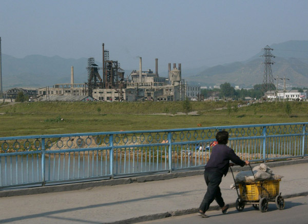 Norte-coreana rumo ao seu trabalho | Foto: Barbara Demick