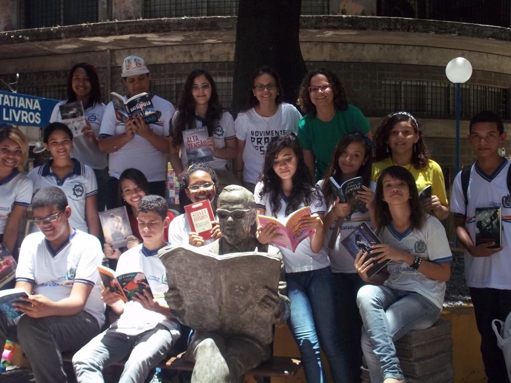 A professora Janaína Luna (de blusa verde) e seus alunos