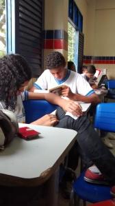 Alunos em sala de aula durante a leitur