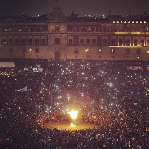 A manifestação contra o massacre dos estudantes e a queima da efígie do presidente mexicano