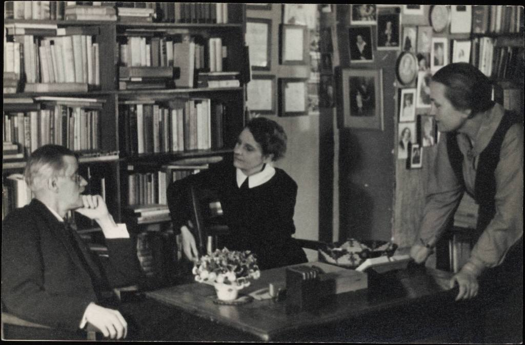 James Joyce, Sylvia Beach e sua companheira, Adrienne Monnier, no interior da Shakespeare and Co.