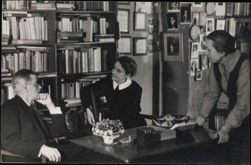 James Joyce, Sylvia Beach e sua companheira, Adrienne Monnier, no interior da Shakespeare and Co.