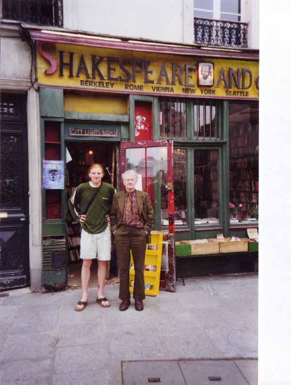 Jeremy Mercer e George Whitman em frente à livraria