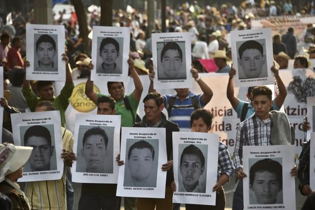 Parentes dos estudantes mortos protestam na Cidade do México | Foto:  Yuri Cortez/AFP