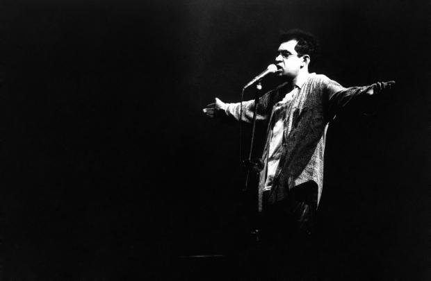 Renato Russo durante apresentação em São Paulo, em 1990