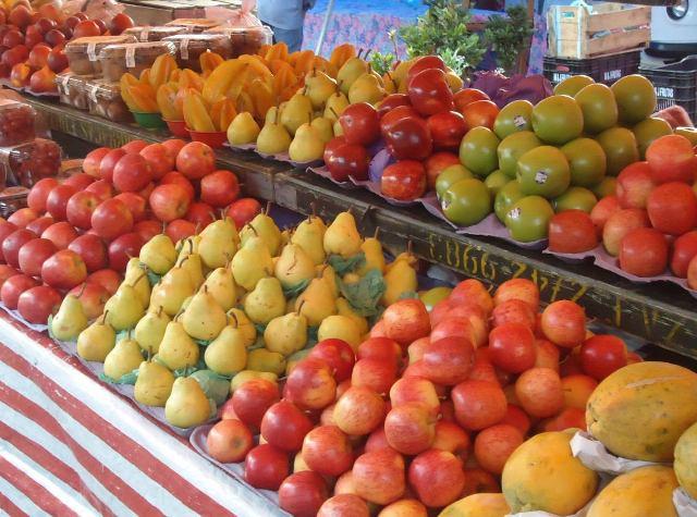 Banca de frutas em feira livre