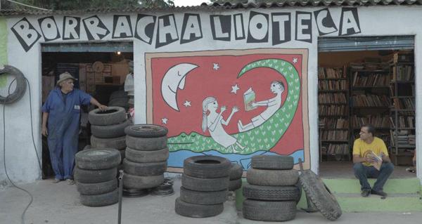A Borrachalioteca de Sabará, com seu idealizador Marcos Túlio Damascena (dir)