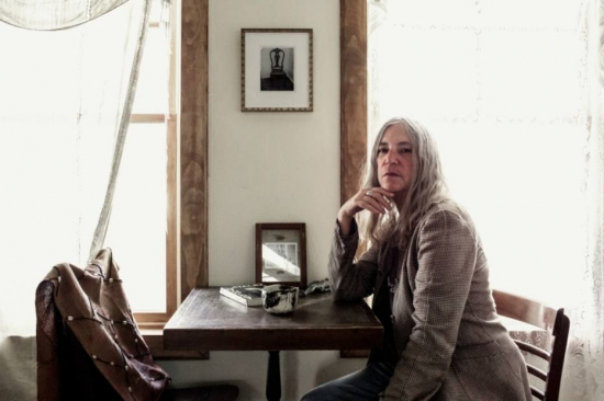 Patti Smith no seu bangalô em Rockaway Beach | Foto: Philip Montgomery/The New York Times