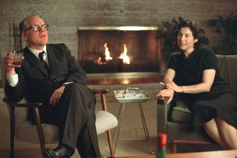 "Philip Seymour Hoffman como Truman Capote e Catherine Keener como Harper Lee no filme ""Capote"""
