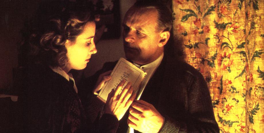 """A cena em que Emma Thompson tenta saber o que Anthony Hopkins está lendo em """"Vestígios do Dia"""""""