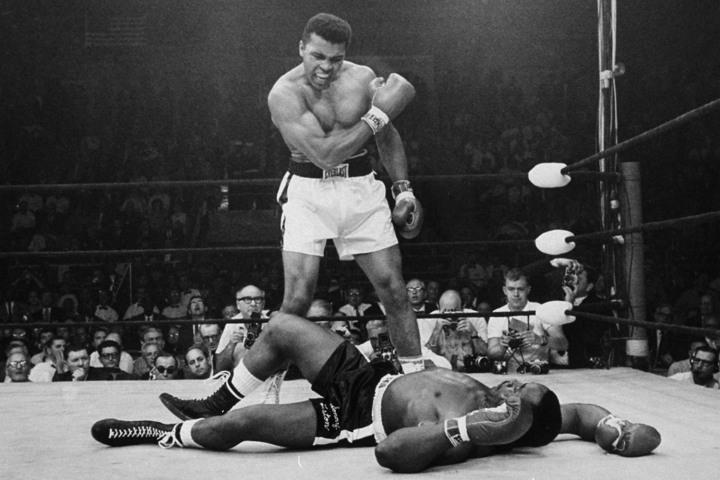 """Muhammad Ali (1942-2016) derruba George Foreman em luta no Zaire, em 1974, combate que inspirou Norman Mailer a escrever """"A Luta"""""""